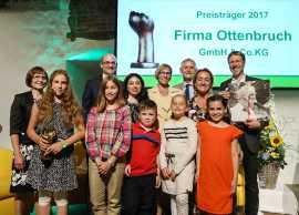 Preisträgerin mit Familie und den Gratulanten der Albert-Schweitzer-Kinderdörfer