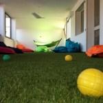 Particolare del pavimento in erba sintetica.