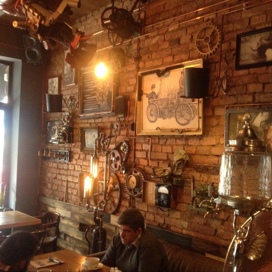 """post alberto4house pub steampunk """"Jobenbistrò"""" Cluj (Romania), interno locale parete a mattoncini"""