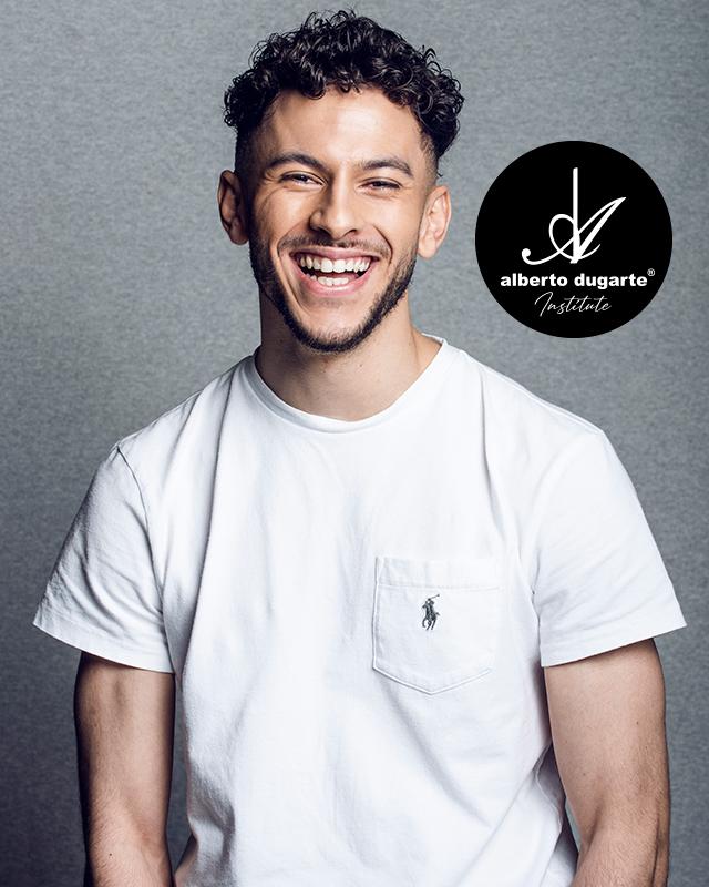 Imad es barbero, especialista en impresionantes diseños y desgradados estilos Fade más actuales.