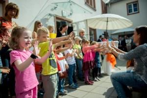 """Bensheim, Caritastage: Begegnungsnachmittag """"10 Jahre Franziskushaus"""",  Auftritt Kinder der Kndertagsstaette St. Albertus, , , Bild: Thomas Neu"""