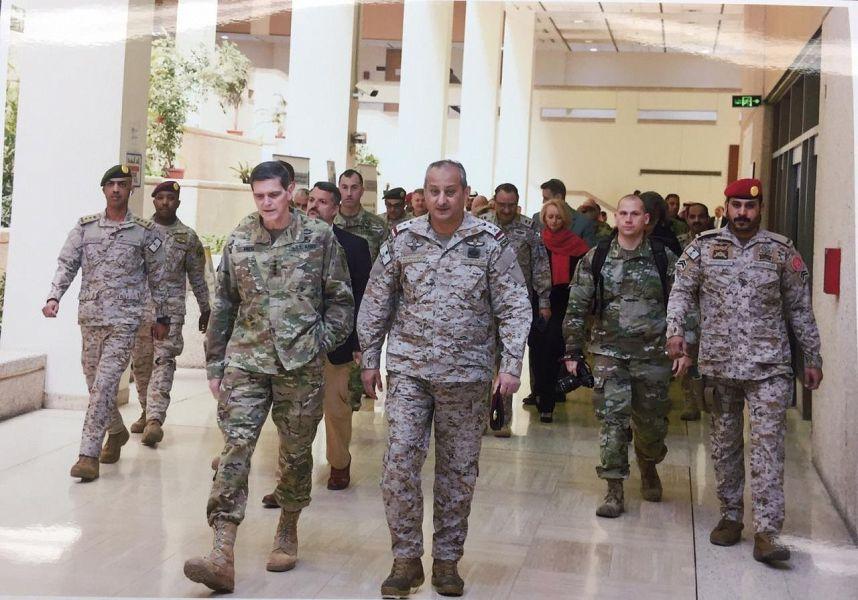 قائد القوات المشتركة للتحالف يستقبل القائد العام للقيادة المركزية الأمريكية