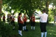 Dreh auf dem Bauernhof - bei der Hitze spielt der Musikverein lieber im Schatten -