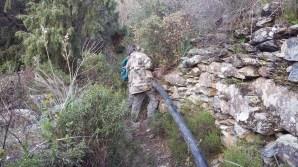 arrosage :déplacer un tuyau du chemin sur un mur