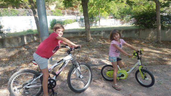 Montar en bicicleta por la ribera del río