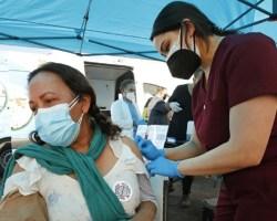 La mitad de adultos en EEUU ya recibió una dosis de vacuna contra COVID-19: CDC
