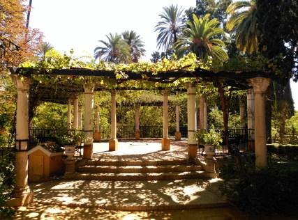 Emparrado de vid y rosas en el Jardín del Marqués de la Vega-Inclán