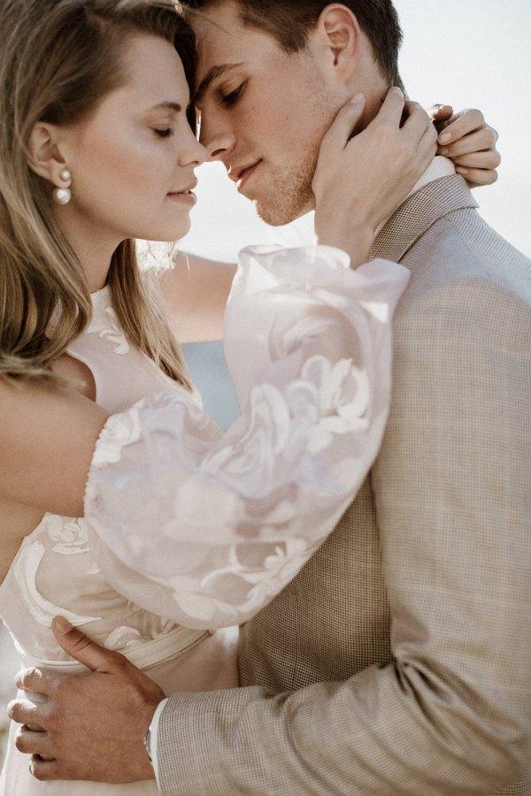 Couple Kissing closeup at alchiemia workshop