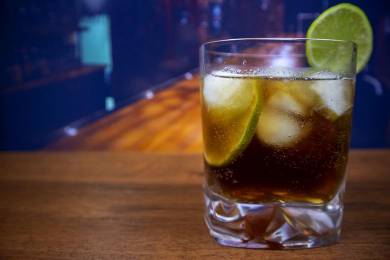 Fotó Hogyan kell inni rumot a Cola-val