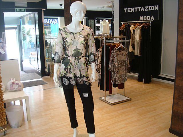 Para ella, pantalones elásticos a 10€ y blusones a 12€.