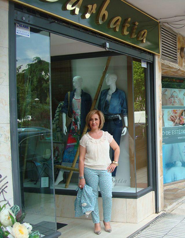Conjunto Poupée Chic: Pantalón informal linea vaquera, blusón de blonda y camisola larga.