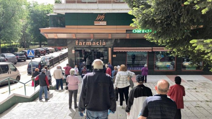 Colas en las farmacias de Alcorcón para adquirir la mascarilla FFP2