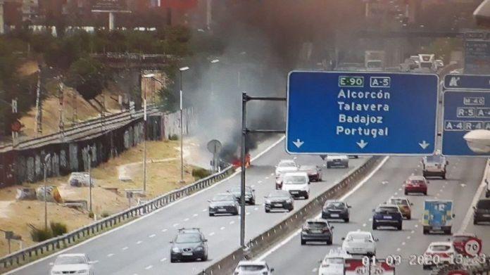 Incendio de un coche en la A-5 en Alcorcón