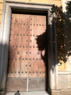 el mal estado de la puerta con la que nos encontramos en la primera toma de contacto se hace visible.