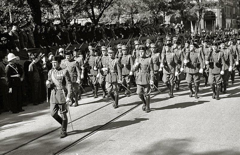 Desfile de guardias civiles y policias armados en San Sebastián (1942)