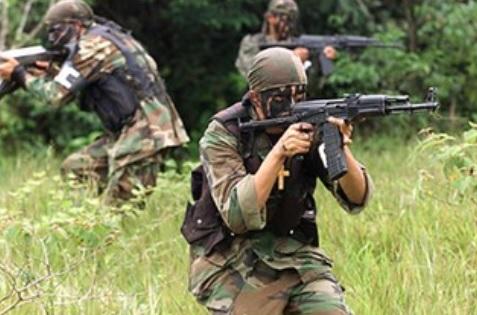 Soldados paramilitares de las Autodefensas Unidas de Colombia en una operación. Autora: Silvia Andrea Moreno, 04/01/2008. Fuente: Flickr (CC BY-ND 2.0)