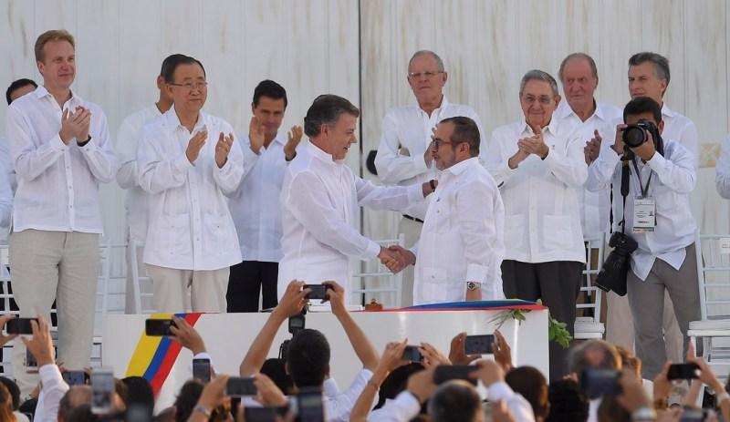 """Firma de Acuerdo de Paz-Colombia  Juan Manuel Santos , Presidente de Colombia y Rodrigo Londoño Echeverri, alias de «Timoleón Jiménez"""" de las FARC."""