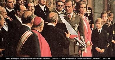 Juan Carlos I jura los principios del Movimiento Nacional, 22/11/1975. Autor: Alvarovera31. Fuente: Wikimedia Commons. Licencia CC BY-SA 4.0.