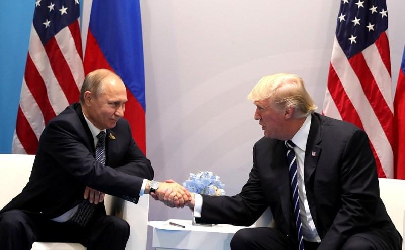 Conversación entre Vladimir Putin y Donald Trump. Autor: Presidencia de Rusia, 07/07/2017. Fuente: Kremlin. Dominio Público.