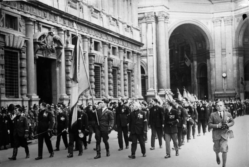 Der italienische Herzog d' Aosta nimmt als Beauftragter des Königs eine faschistische Parade in Mailand ab! Vorbeimarsch italienischer Frontkämpfer vor dem Herzog d' Aosta in Mailand.