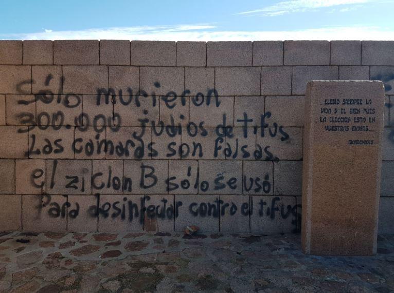 Fascismo: Graffiti en un memorial del Holocausto en Uruguay negando los hechos