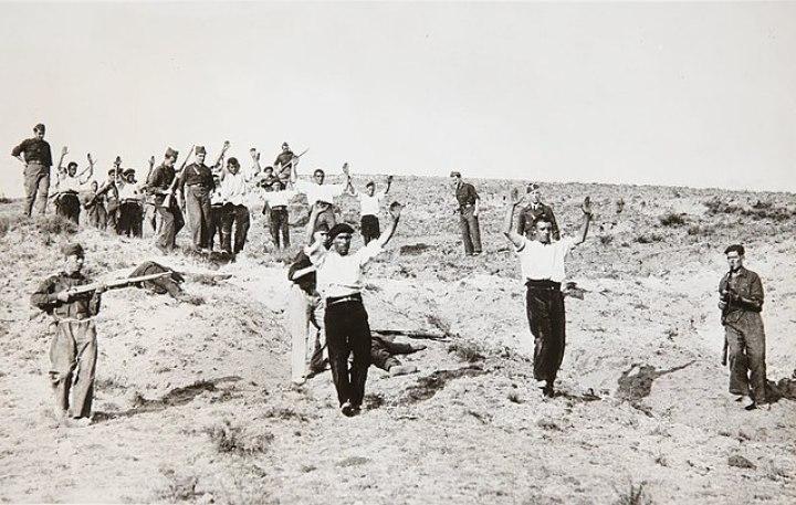 Rendición de milicianos republicanos en Somosierra,Madrid(España). Suceso tras la Batalla de Guadarrama en 1936. Autor: desconocido. Fuente: Wikipedia