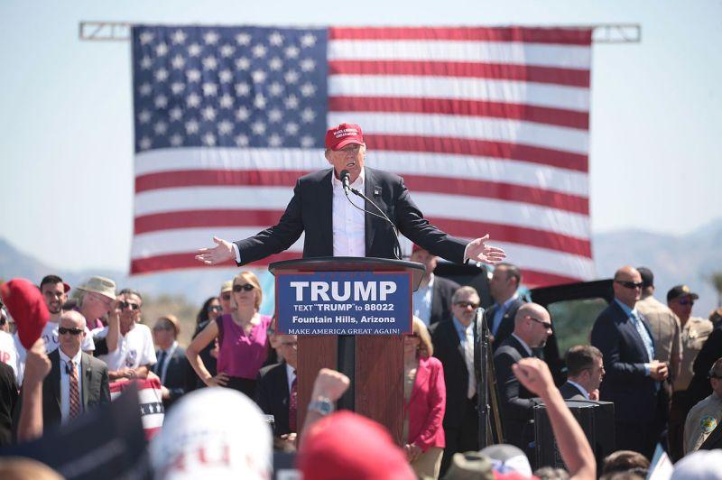 Donald Trump habla en un evento de campaña en Fountain Hills, Arizona, Autor: Gage Skidmore, 19/03/2016. Fuente: Wikipedia licencia CC BY SA 2.0