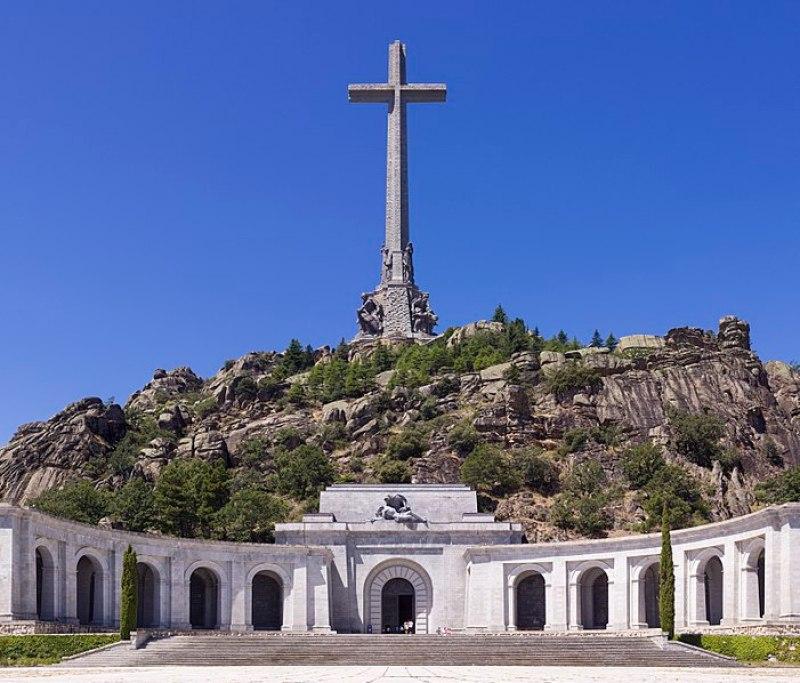 Vista frontal de la Santa Cruz delValle de los Caídosy su basílica.Autor: Godot13, 30/07/2014, 11:09:23. Fuente: Wikipedia, licencia CC BY SA 4.0
