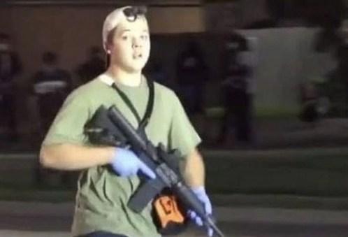 Kyle Rittenhouse, durante la noche del tiroteo. Autor:  Captura de pantalla realizada el 23/09/2020 a las 7:38h. Fuente: REUTERS.