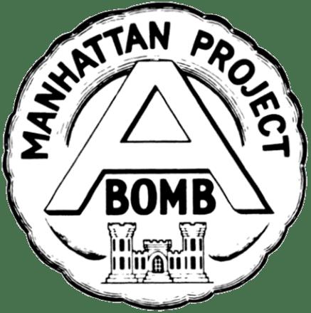 Experimentos con radiación en humanos. Emblema no oficial del Proyecto Manhattan. Autor: Gobierno Federal de EEUU, 1946. Fuente: Wikimedia