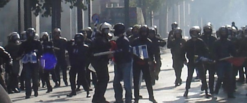 Miembros de Chrysi Avyi se amotinan en Atenas frente a la policía antidisturbios griega. Se puede ver a un policía antidisturbios hablando con uno de ellos. Autor: reportero anónimo, 04/02/2008. Fuente: Athens indymedia (CC BY-SA 4.0).
