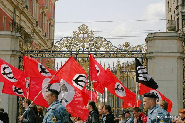 Perversiones ideológicas. Manifestación del Partido Nacional Bolchevique de Rusia en 2006. Autor: PSALTI MICHEL, 09/05/2006. Fuente: 9 МАЯ 2006