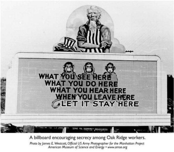 Una valla publicitaria que fomenta el secreto entre los trabajadores del laboratorio de investigación Oak Ridge. Autor: James E. Westcott, 1940. Fuente: Flickr.