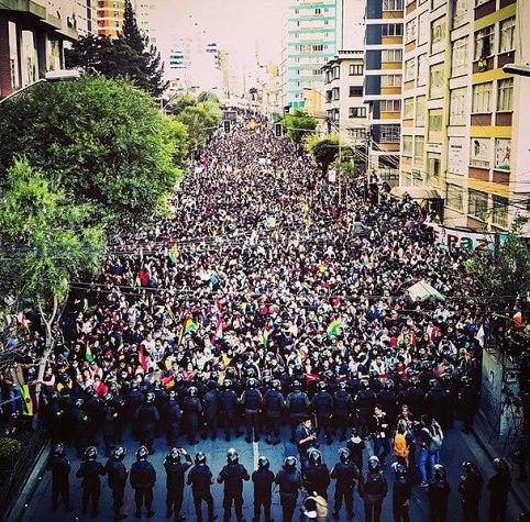 Manifestaciones en La Paz, Bolivia, en contra del supuesto fraude electoral y el gobierno de Evo Morales. Autor: Paulo Fabre, 23/10/2019. Fuente: Wikimedia Commons. (CC BY-SA 4.0).