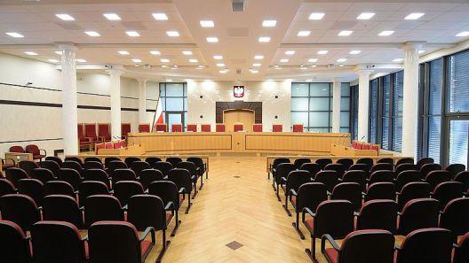 Sala principal del Tribunal Constitucional de Polonia. Autor: Adrian Grycuk, 22/01/2016. Fuente: Wikimedia Commons. (CC BY-SA 3.0).