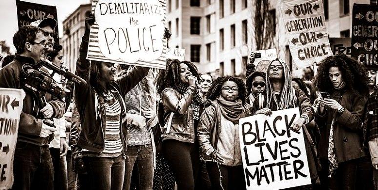 Manifestación multitudinaria en EUA del movimiento Black Lives Matter (2020). Autor: Johnny Silvercloud, 10/11/2015. Fuente: Flickr (CC BY-SA 2.0.)
