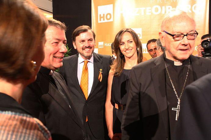 Ceremonia de entrega de los Premios HazteOir.org 2014. Ignacio Arsuaga y Gádor Joya con Monseñor Martínez Camino y el Cardenal de San Sebastián. Autor. Contando Estrelas, 08/06/2014. Fuente: Flickr (CC BY-SA 2.0.)
