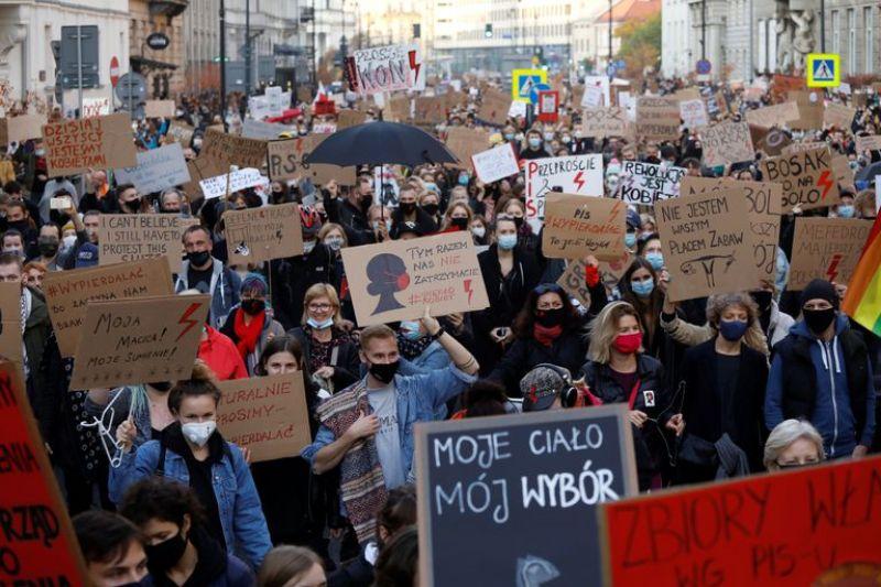 Manifestación en Polonia en defensa de los derechos de las mujeres. Autor: Auntonius, 02/11/2020. Fuente: Wikimedia Commons (CC BY-SA 4.0.)