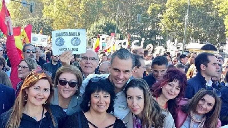 Carmen Gomis, presidenta de TÚPatria, una de las escisiones de Vox, en el centro de la foto delante del Secretario General de Vox Javier Ortega Smith junto a otras dirigentes de Vox, en una manifestación en Madrid.  Autora: Carmen Moraga, 17/07/2020. Fuente: eldiario.es (CC BY SA 2.0.).
