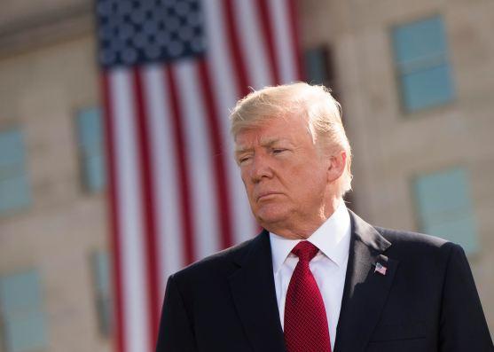 El presidente Donald Trump hace una pausa durante la ceremonia de observancia del 11 de septiembre en el Pentágono. Autor: Navy Petty, 11/9/2017. Fuente: Flickr, licencia CC BY 2.0