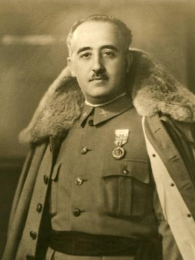 Fotografía del generalFrancocon capote de invierno. Autor: Desconocido, 1930. Fuente: Biblioteca Virtual de Defensa.