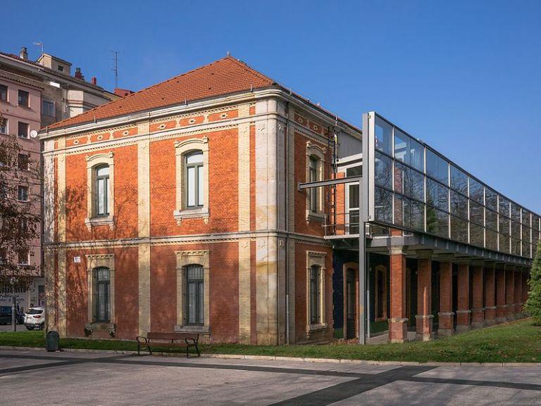 Facultad de Empresariales de la Universidad del País Vasco (UPV). Vitoria-Gasteiz, España, otro de los ejemplos de privatización de la educación. Autor: Basotxerri, 29/12/2016. Fuente: Wikimedia Commons (CC BY-SA 4.0.)