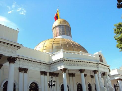 Exterior Asamblea Nacional. Autor: GAlessandraV, 27-12-2012. Fuente: Wikimedia Commons (CC BY-SA 3.0).