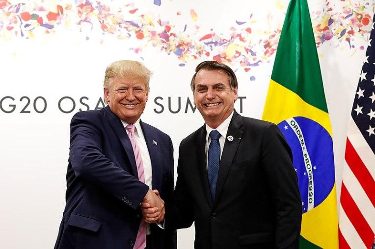Presidente de Brasil, Jair Bolsonaro, durante reunión Donald J. Trump, ex presidente de Estados Unidos. Ambos se han apoyado en teorías de la conspiración para obtener apoyo popular. Autor: Alan Santos / PR. Fuente: Flickr (CC BY 2.0.)