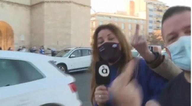 La periodista Amparo Martín es increpada por ultraderechistas. Autor: Captura de pantalla realizada el 28/01/2020 a las 18:13h. Fuente: À Punt Media