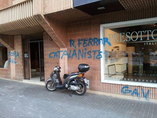Ataque del GAV a la casa de Ramon Ferrer, presidente de la Acadèmia Valenciana de la Llengua, en mayo de 2013. Autor: valencianisme.com, 24/05/2013. Fuente: Flickr. (CC BY 2.0).