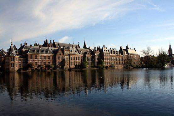 El Parlamento holandés, La Haya. Autor: Rainer Ebert, 14/05/2010. Fuente: Flickr. (CC BY-SA 2.0).