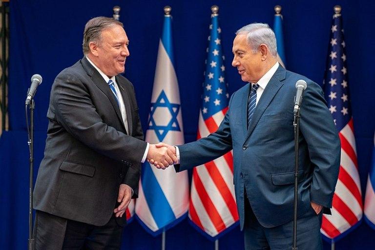 El secretario de Estado Michael R. Pompeo se reúne con el primer ministro israelí Benjamin Netanyahu en Israel. Autor: Departamento de Estado de los Estados Unidos, 18/10/2019. Fuente: Flickr, democracia iliberal
