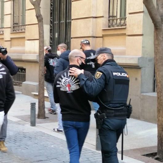 Policía acompaña la retirada del grupo neonazi de Bastión Frontal que posteriormente intentaría, otra vez, sumarse a la manifestación.. Autor: Pablo Pampa Saiz. Fuente: ElSalto (CC BY-SA 3.0 ES)