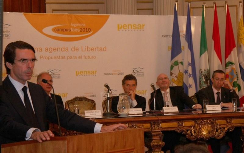 José María Aznar (izquierda), expresidente del Gobierno de España, señalado por Julián Macías como una de las cabezas pensantes dentro del espacio de la ultraderecha. Autor: Gobierno de la Ciudad de Buenos Aires, 14/10/2010. Fuente: Flickr (CC BY 2.0.)